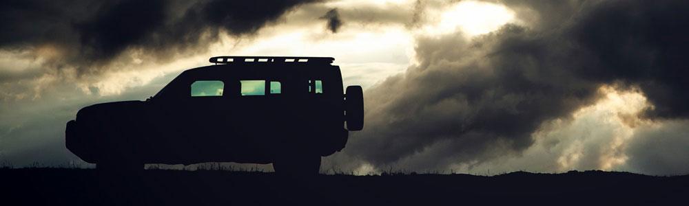 Land Rover Defender bei Abendstimmung