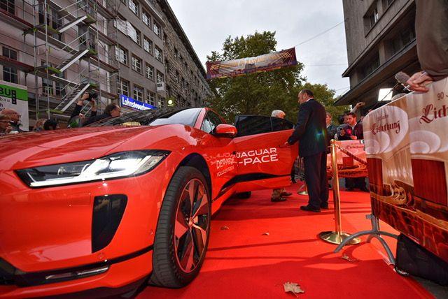 Foto Mario Adorf fährt im vollelektrischen Jaguar I-PACE vor