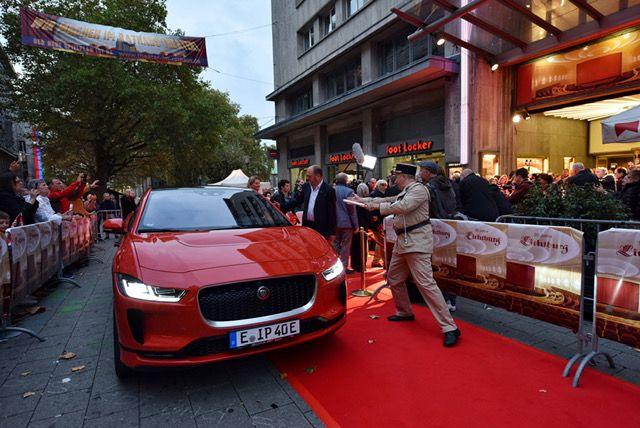 Mario Adorf fährt im vollelektrischen Jaguar I-PACE vor