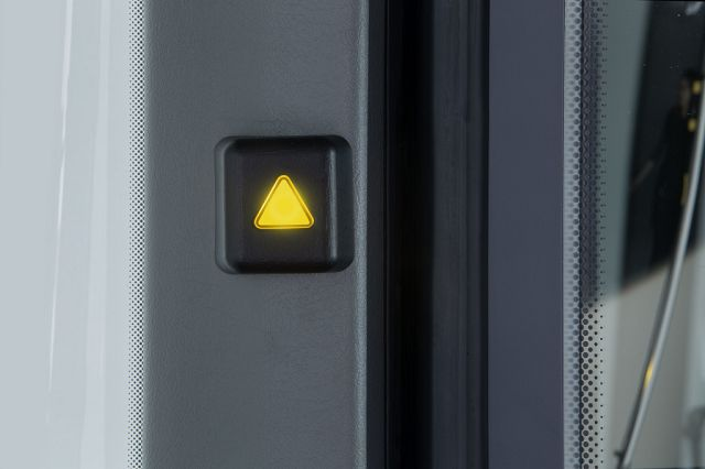 Foto Beim Abbiege-Assistent wird der Fahrer zunächst optisch informiert, wenn sich ein bewegliches Objekt in der rechten seitlichen Überwachungszone befindet: In der A-Säule auf Beifahrerseite leuchtet in Blickhöhe des Fahrers dann eine LED in Dreiecksform gelb auf. Bei Kollisionsgefahr erfolgt eine zusätzliche optische und akustische Warnung