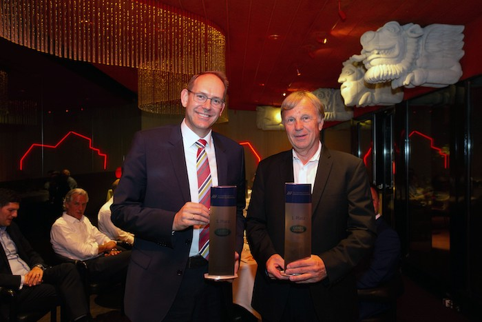Foto Jan-Kas van der Stelt (li.), Geschäftsführer von Jaguar Land Rover Deutschland, nahm die Auszeichnung entgegen (re.: Rolf Weinert von der Avalon Händlergruppe).