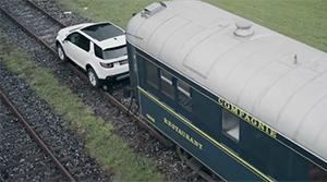 Land Rover Discovery Sport vor einem Zug