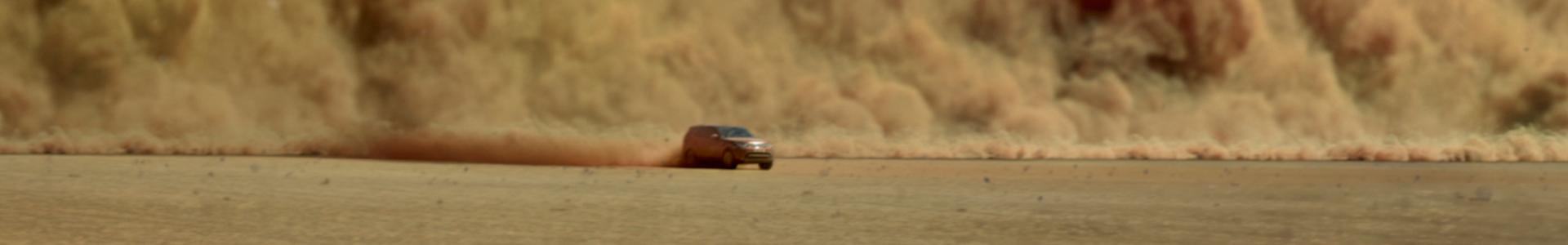 Land Rover Discovery im Sandsturm