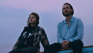 Junge und Mann auf einem Dach