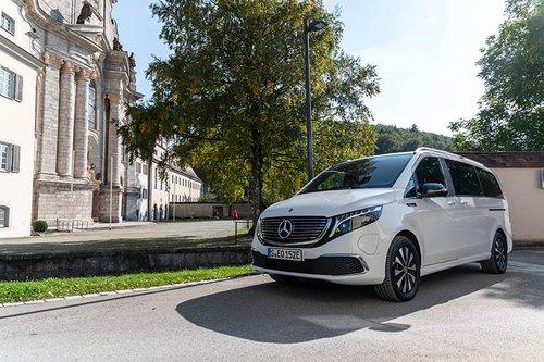Der Mercedes-Benz EQV vor einer Villa